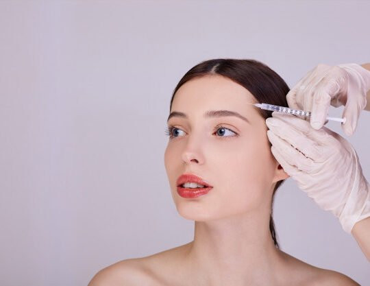doctor makes injection forehead young woman 150254 917 540x417 - تزریق - بوتاکس