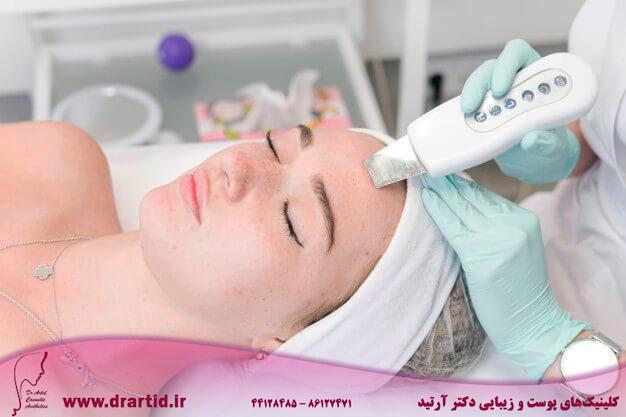 female cosmetologist makes procedure ultrasonic cleaning face 338812 14 - مراقبت پوستی