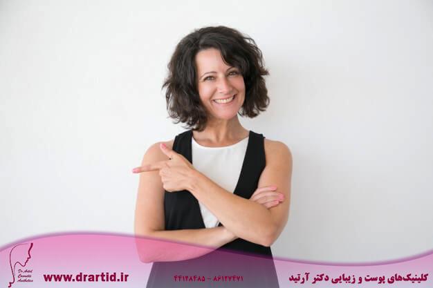 happy cheerful woman casual presenting store 1262 20928 - زنان - کربوکسی تراپی