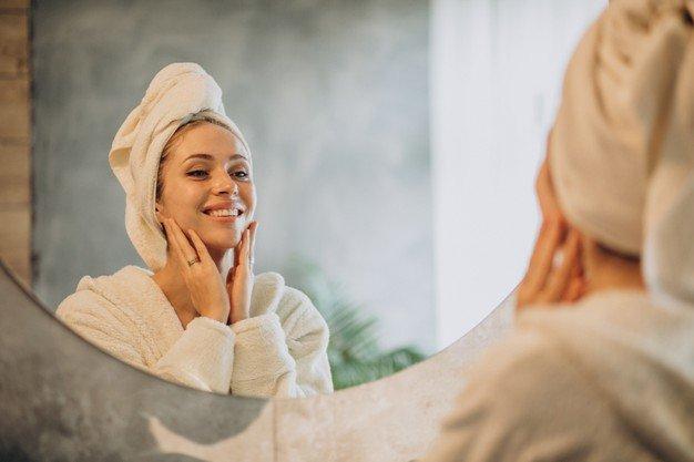 woman home applying cream mask 1303 24618 - دوره آموزشی مراقبت پوستی، اسکین کر و فشیال کامل