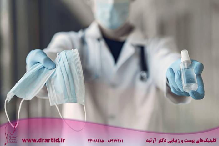 doctor hold antiseptic masks his hand - مراقبت از پوست در زمان پاندامی ویروس کرونا