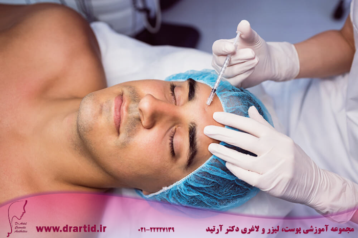 man receiving botox injection his forehead - آموزش تزریق بوتاکس
