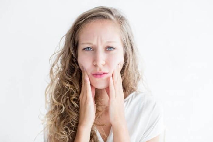 worried young beautiful woman touching face 1262 5942 - مقالات